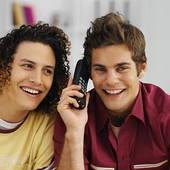 Jugendliche lachen und telefonieren oft