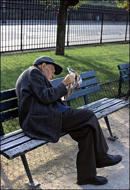 Alter, einsamer Mann im Stadtpark