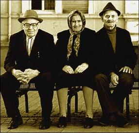 Alte, redliche Menschen ruhen sich von ihrem löblichen Tun aus!
