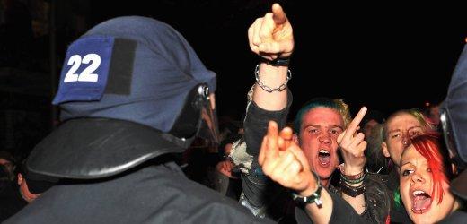 Jugendliche attackieren die Polizei